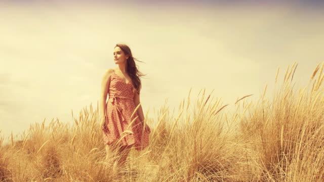 vidéos et rushes de rêver et marcher à travers l'herbe longue. sm. - roseau plante herbacée