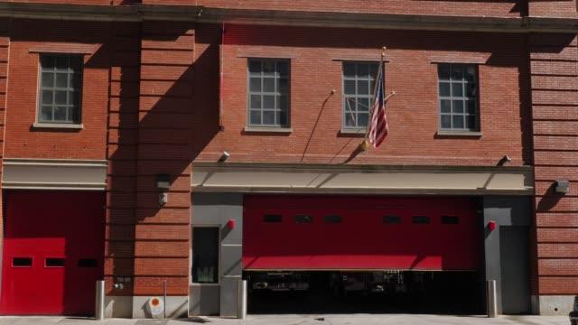 Tiro establecer diurna de ciudad rojo ladrillo bomberos - vídeo