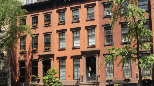 daytime exterior establishing shot of typical upscale manhattan apartment buildings - appartamento video stock e b–roll