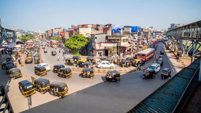 vídeos de stock e filmes b-roll de daytime traffic in a poor area of mumbai dharavi. india - cultura indiana