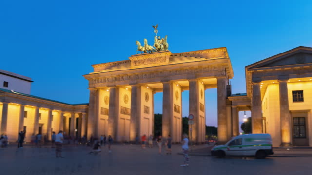 tag-zu-nacht-hyperlapse mit langzeitüberfülltem platz mit touristen vor dem brandenburger tor berlin deutschland - berlin brandenburger tor blurred stock-videos und b-roll-filmmaterial