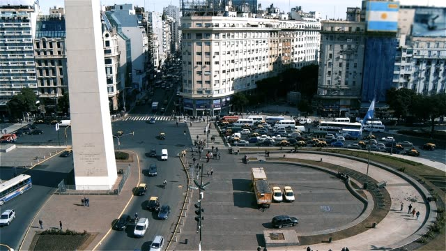 9 de julio avenue ve dikilitaş buenos aires (arjantin). - obelisk stok videoları ve detay görüntü çekimi