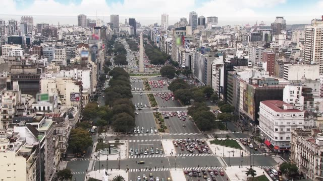 vídeos de stock, filmes e b-roll de avenida 9 de julio, com monumento obelisco, circa 2015, buenos aires, argentina. - largo descrição geral