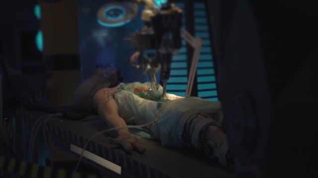 vidéos et rushes de mort d'alien sur table au musée. - pratique médicale