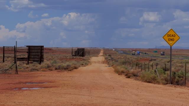 stockvideo's en b-roll-footage met doodlopende onverharde weg in de woestijn van arizona in de verenigde staten - arizona highway signs