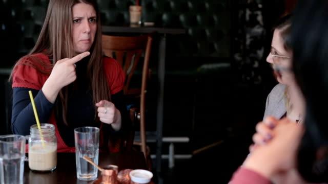 vídeos de stock, filmes e b-roll de amigos surdos bebendo café - surdo
