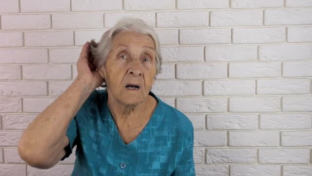 vídeos de stock, filmes e b-roll de uma mulher surda. uma mulher idosa não pode ouvir - surdo