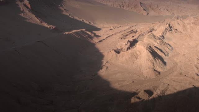 stockvideo's en b-roll-footage met het uitzicht van de dood en de vallei van de maan en zonsondergang bij san pedro de atacama, antofagasta - chili. woestijn. andes - maasvallei