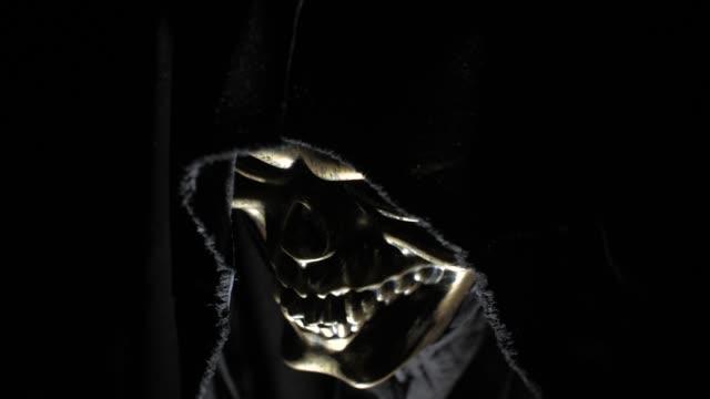 vídeos de stock e filmes b-roll de death in the hood in the dark - capuz