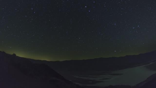vídeos de stock e filmes b-roll de death valley badwater basin night sky timelapse - parque nacional do vale da morte