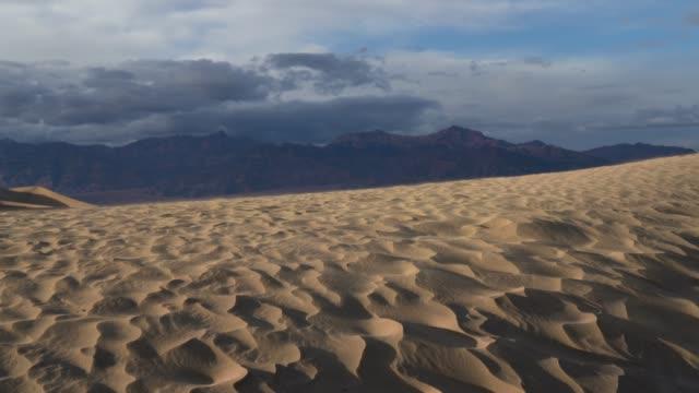 vídeos de stock e filmes b-roll de death valley desert dunes - parque nacional do vale da morte