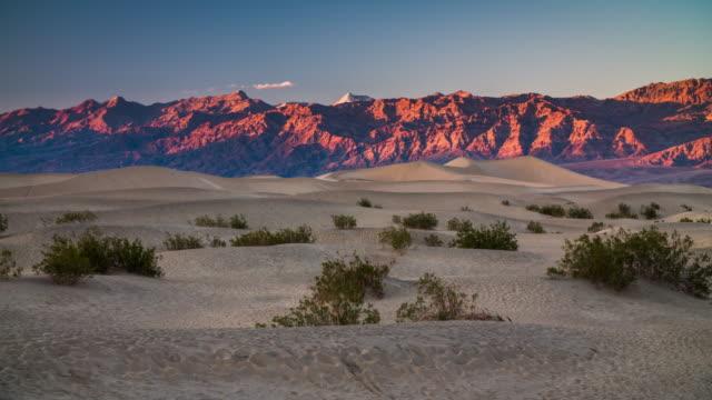 vídeos de stock e filmes b-roll de death valley national park mesquite dunes and mountains - parque nacional do vale da morte