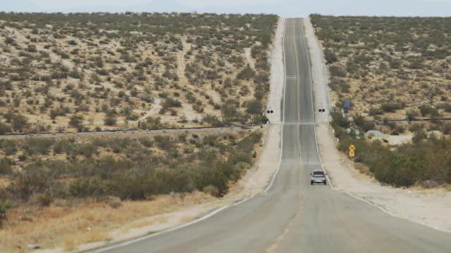 vídeos de stock e filmes b-roll de death valley national park: straight empty roads - parque nacional do vale da morte