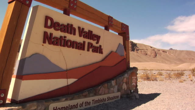 vídeos de stock e filmes b-roll de sinal do vale da morte - parque nacional do vale da morte
