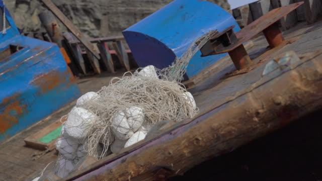 skräp av ett fiskefartyg på en stenig kust. skeppsbrott koncept. storm på ett hav. tsunami-konceptet - derail bildbanksvideor och videomaterial från bakom kulisserna