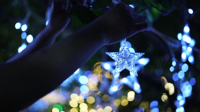 decorate led light on christmas night - wisieć filmów i materiałów b-roll