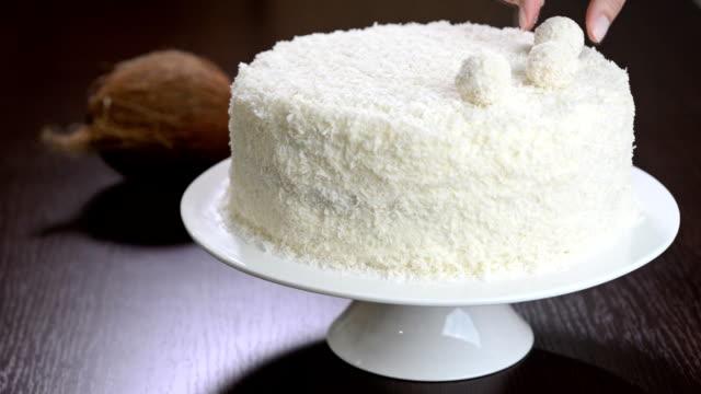 decorate the cake rafaello - nadziewany placek filmów i materiałów b-roll