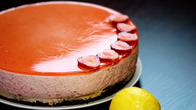 Decorate the cake with fresh strawberries video
