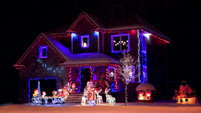decorate e illuminato house per natale - decorazione natalizia video stock e b–roll