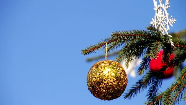 die weihnachtsbaum auf hintergrund blauer himmel - weihnachtskarte stock-videos und b-roll-filmmaterial