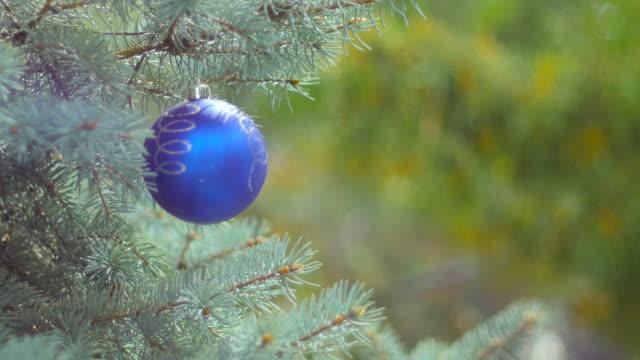 vídeos de stock e filmes b-roll de decorated christmas tree on blurred, black background - christmas cake