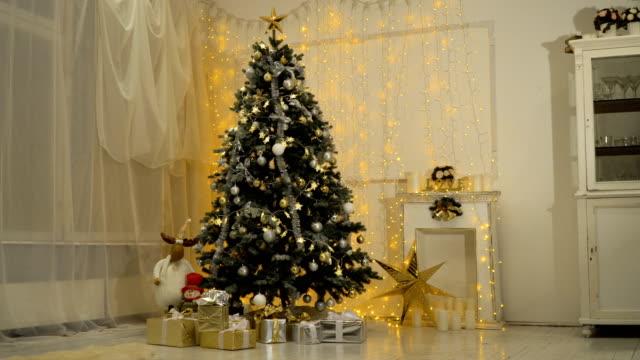 decorated christmas tree - jodła filmów i materiałów b-roll