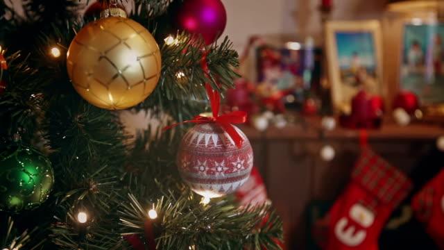 dekorierten weihnachtsbaum mit geschenken - weihnachtsstrumpf stock-videos und b-roll-filmmaterial
