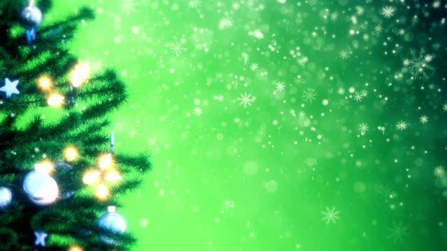 geschmückter weihnachtsbaum mit funkelnder lichtgirlande, kugeln und sternen - girlande dekoration stock-videos und b-roll-filmmaterial