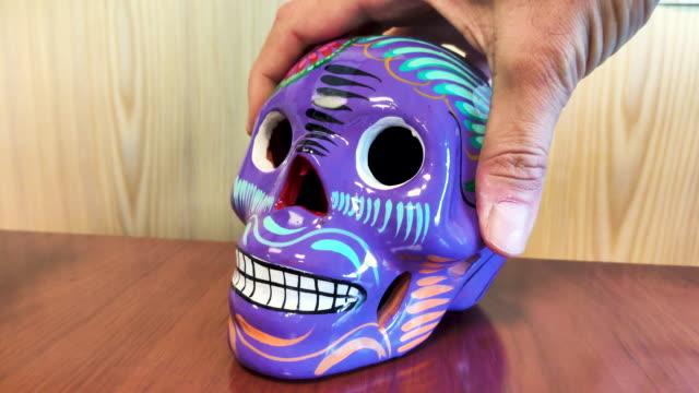 udekorowana kolorowa czaszka, symbol śmierci z meksyku - miesiąc filmów i materiałów b-roll