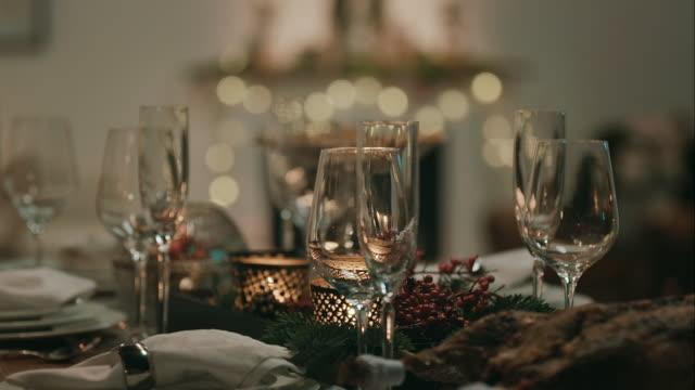 decorato tavolo per la vigilia di natale - christmas table video stock e b–roll