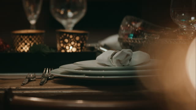 vídeos de stock e filmes b-roll de decorados mesa de jantar para o natal eve - christmas table