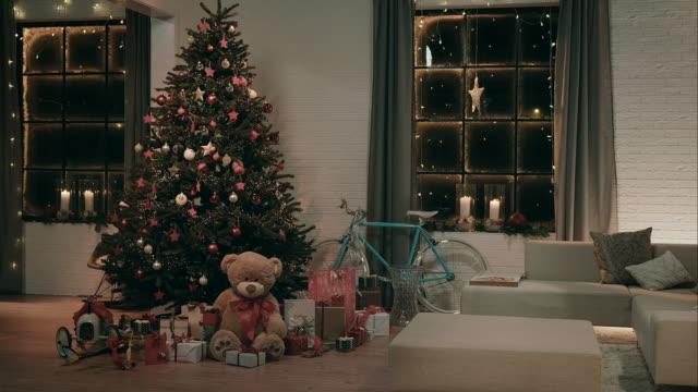 装飾を施したリビングルームに、クリスマスイブ - クリスマスツリー点の映像素材/bロール