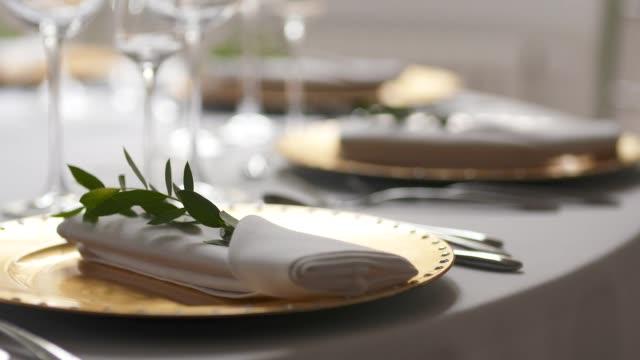 tablo bir düğün yemeği için dekore edilmiştir. - süslü püslü stok videoları ve detay görüntü çekimi