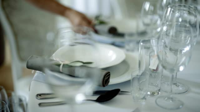 stockvideo's en b-roll-footage met tabel ingericht voor een bruiloft diner - omgeving