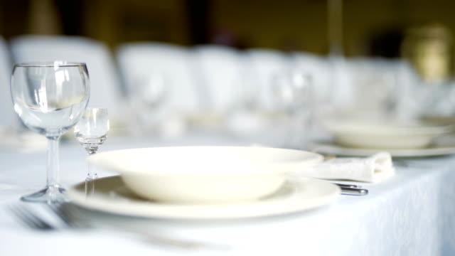 vidéos et rushes de décoration de table pour un dîner de mariage - banquet