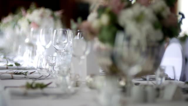 vidéos et rushes de table décorée pour le luxe, dîner raffiné - banquet