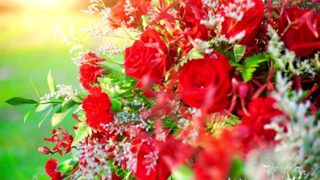 赤いバラの花の花束と結婚式を飾られています。 - ブーケ点の映像素材/bロール