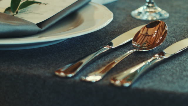 vídeos de stock e filmes b-roll de decorated wedding table. wedding reception venue with flowers. - enfeitado