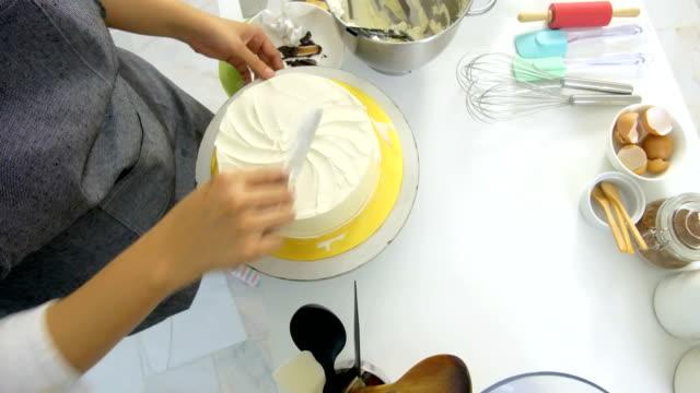 decorating a cake using offset angled spatula - szpatułka przybór do gotowania filmów i materiałów b-roll