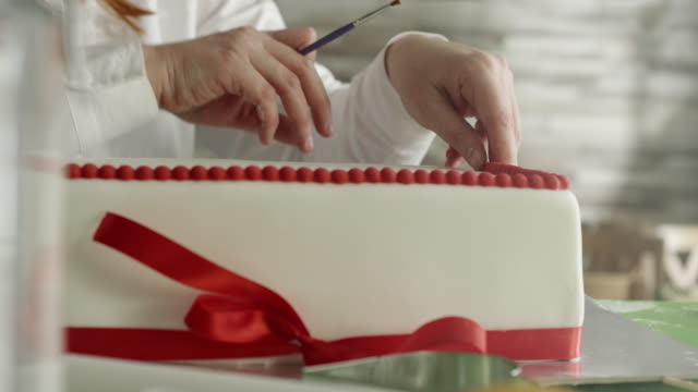Decorating a cake video