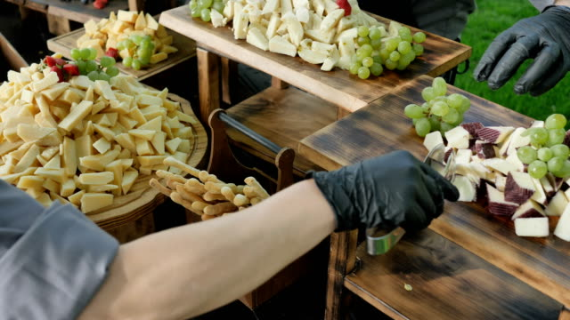 dekorasyon peynir istasyonu - gıda ve i̇çecek sanayi stok videoları ve detay görüntü çekimi