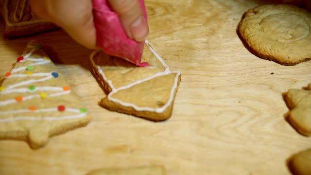 vídeos de stock e filmes b-roll de decorating christmas lodge cakes by hand with icing sugar. - christmas cake