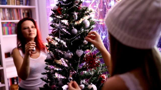 decorating christmas tree - jodła filmów i materiałów b-roll