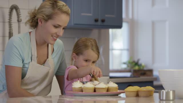 デコレーションケーキ - カップケーキ点の映像素材/bロール