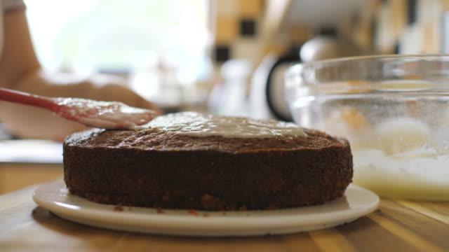 vídeos y material grabado en eventos de stock de decorando la frescura pastel de zanahoria al horno - glaseado para postres