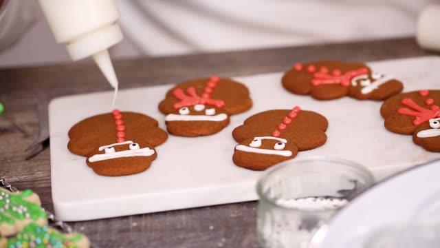 dekorera pepparkakor och socker kakor - pepparkaka bildbanksvideor och videomaterial från bakom kulisserna