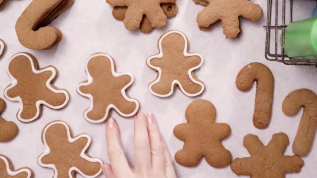 lebkuchen mit königlicher zuckerglasur für weihnachten zu verzieren. - lebkuchen stock-videos und b-roll-filmmaterial