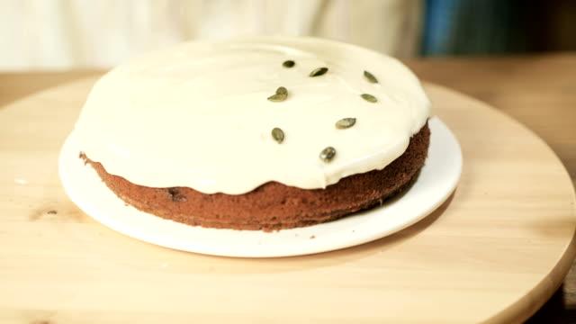 vídeos de stock, filmes e b-roll de decoração de bolo de abóbora - comida feita em casa