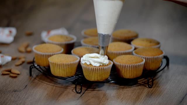 カップケーキのバニラ クリームと飾ること - カップケーキ点の映像素材/bロール