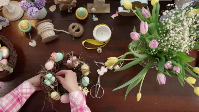 decorare la corona con uova per pasqua - easter video stock e b–roll